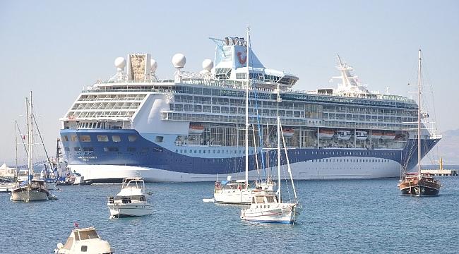 Gemiden inen turistler alışverişe koştu