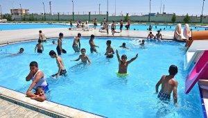 Denizi olmayan Ceylanpınar'da çocuklar yüzme öğreniyor
