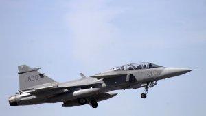 İsveç savaş uçağı düştü, pilot sağ kurtuldu