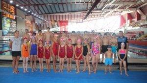 """""""Birlikte Bir Yıl 2018 Projesi""""nde çocuklara yüzme kursu verildi"""