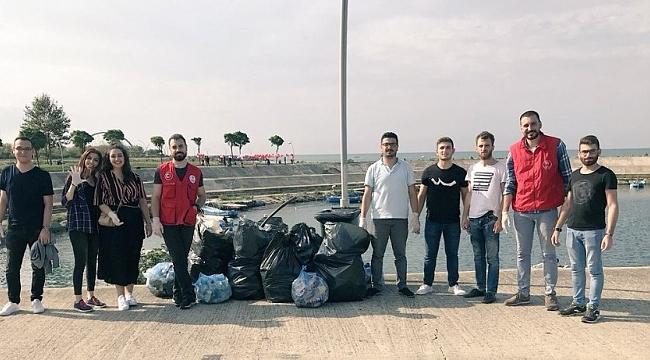 Deniz kıyısından bir saatte 13 büyük poşet çöp topladılar