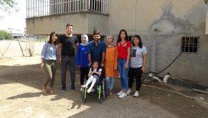 Gençler, engelli kız için çöplere girdi
