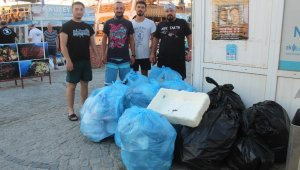 Gönüllü olarak denizler ve ada sahillerindeki çöpleri topluyorlar