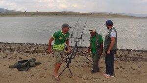Kıyasıya yarışan balıkçılar sosyal mesaj verdi