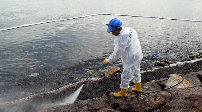 Foça'daki denizin temizlik çalışmalarında sona yaklaşılıyor