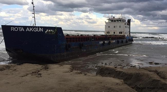 Karadeniz'de sürüklenen gemi sahile oturdu