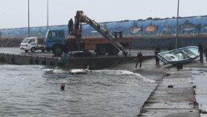 Akçakoca'da dev dalgalar bir tekneyi batırdı