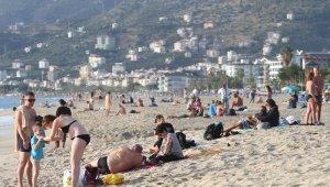 Antalya'da güneşli havayı fırsat bilenler denize akın etti