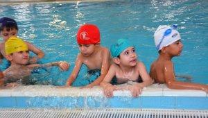 Denizli'de çocuklar yüzme öğreniyor