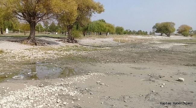 Eğirdir Gölü'nde su çekildi, iskele ortada kaldı