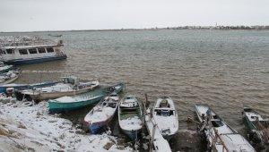 Beyşehir'de balıkçılar avlanmaya kar arası verdi