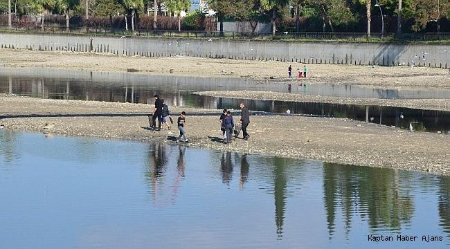 Oksijensiz kalan balıklar su yüzüne çıktı, fırsatçılar nehre akın etti