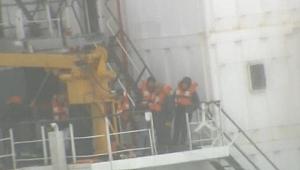 Şile'de karaya oturan geminin mürettebatının bekleyişi sürüyor