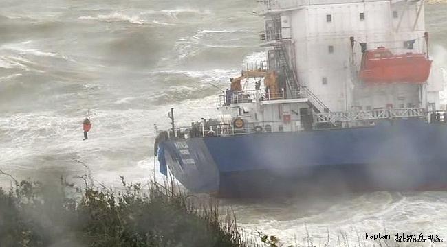 Şile'de karaya oturan geminin mürettebatının kurtarılma anı havadan görüntülendi