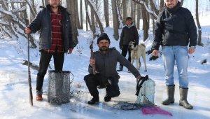 Donan ırmakta balta ile buzu kırıp balık avladılar