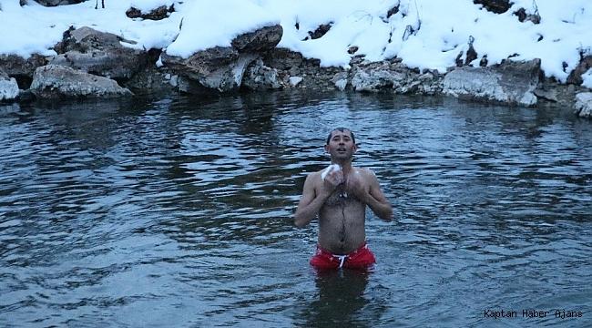 Dondurucu soğukta göle girip yüzdüler