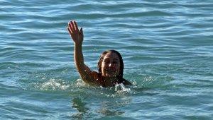 Felaketin ardından güneşi görenler denize koştu