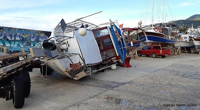 Fırtına karadaki tekneyi devirdi
