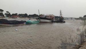 Fırtına tekneleri vurdu, tur teknesi sürüklendi