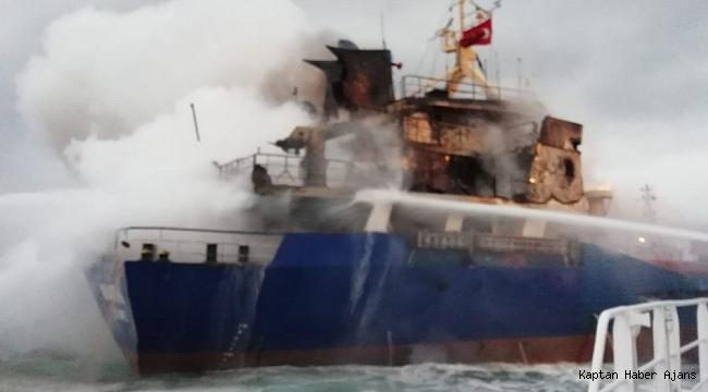 İstanbul'da Pendik açıklarında gemi yangını