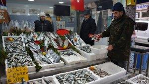 Karadeniz'deki fırtına balık fiyatlarını ikiye katladı