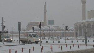 Konya'da kar yağışı etkili olmaya devam ediyor