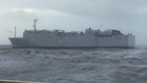 Mersin Limanı açıklarında 'MARDE' isimli ticari gemi fırtınadan dolayı karaya oturdu.