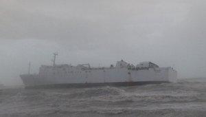 Mersin'de ticari gemi fırtınadan dolayı karaya oturdu