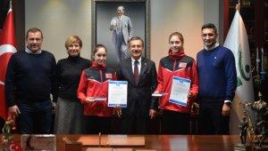 Milli yüzücülerden Başkan Ataç'a teşekkür
