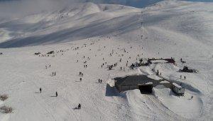 Göl manzaralı kayak merkezinde hafta sonu yoğunluğu