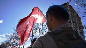 Çanakkale şehitleri için 50 metrelik Türk bayrağı ile yürüyüş