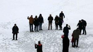 Tatilciler, fotoğraf çekmek için buz tutan gölün üzerine çıktılar