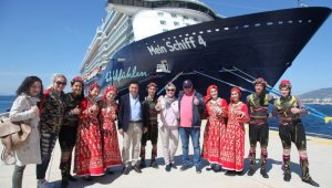 Bodrum'da 13 katlı dev yolcu gemisine folklor ekibi ile karşılama