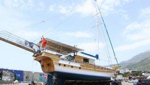 Kaş'ta tekneler sezon için deniz inmeye başladı