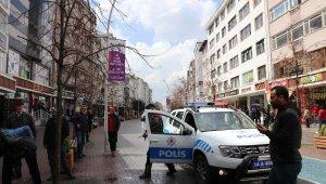 Kavga ihbarına giden polis ekipleri konfeti ve dev Türk Bayrağı ile karşılandı