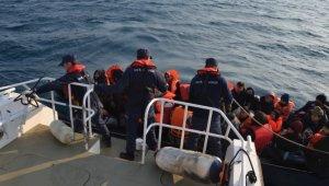 Kuşadası Körfezi'nde sürüklenen 26'sı çocuk 47 kaçak göçmeni sahil güvenlik kurtardı