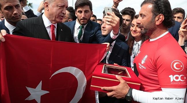 Bandırma Vapuru rotasında kürek çektiler, Türk bayrağını Cumhurbaşkanı Erdoğan'a ulaştırdılar