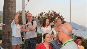 """Marmaris'te yabancı turistler """"Fener Alayı'nı"""" fotoğraflamak için yarıştılar"""