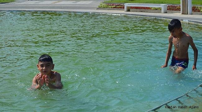 'Göbek adımız tehlike' deyip süs havuzuna girdiler