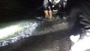 Alkol alıp denize giren genci polisler kurtardı