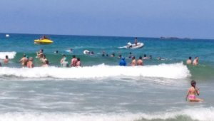 Dalgalı denizde açılan genç boğulma tehlikesi geçirdi