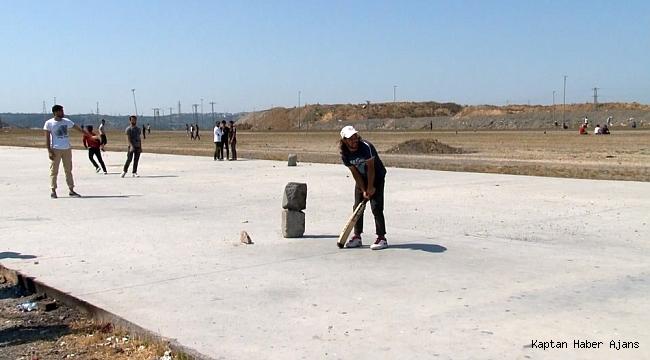 İstanbullu seçime gitti, onlar 'kriket' oynadı