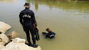 Nehirde kaybolan genci balık adamlar arıyor
