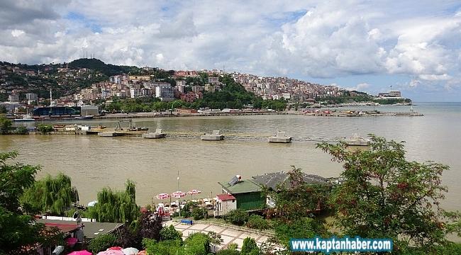 Zonguldak'ta deniz yağmurun ardından çamur rengine boyandı