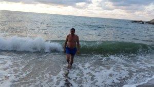 Düzce'de denizin temiz olduğunu kanıtlamak için milletvekili denize girdi