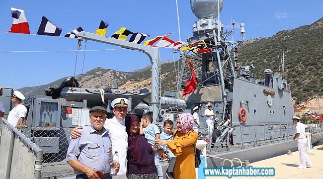 Kaş'ta askeri gemi ziyarete açıldı