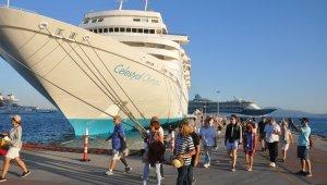 Kuşadası'na 3 gemiyle 3909 turist geldi