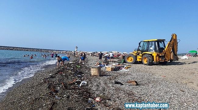 Zonguldak'ta selin getirdiği odunlar kıyıya vurdu