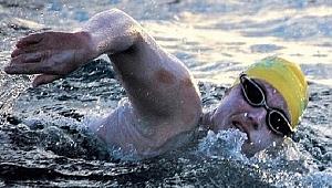 ABD'li yüzücü Manş'ı 4 kez üst üste geçerek rekor kırdı