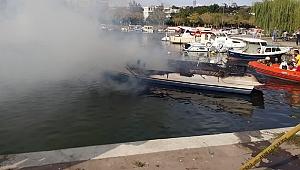 Küçükçekmece'de teknede yangın çıktı